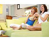 Junge Frau, Sorglos & Entspannt, 2 Personen, Fernsehen