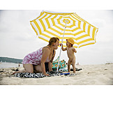 Kleinkind, Mutter, Sonnenschirm, Badestrand
