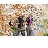 Spaß & Vergnügen, Herbstlaub, Familie, Herbstspaziergang