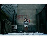 Isolation & Einsamkeit, Junger Mann, Soziales, Mülltonne