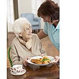 Seniorin, Essen & Trinken, Servieren