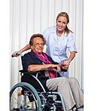 Pflege & Fürsorge, Rollstuhlfahrer, Pflegepersonal