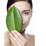 Beauty & Kosmetik, Junge Frau, Pflanzenblatt