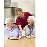 Seniorin, Altenpflegerin, Seniorenheim, Altersvorsorge, Altenpflege
