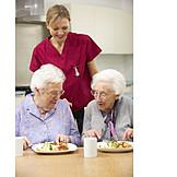 Seniorin, Altenpflegerin, Seniorenheim, Altersvorsorge, Pflegebedürftig, Mittagessen, Betreutes Wohnen