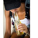 Junge Frau, Genuss & Konsum, Trinken, Bier, Bierflasche