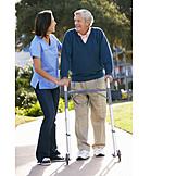 Altenpflegerin, Gehhilfe, Rehabilitation, Physiotherapie, Pflegepersonal