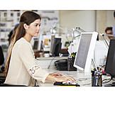 Junge Frau, Büro & Office, Arbeitsplatz, Werbeagentur