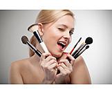 Beauty & Kosmetik, Junge Frau, Frau, Kosmetikpinsel