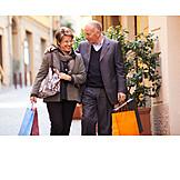 Seniorin, Senior, Einkauf & Shopping, Fußgängerzone, Ehepaar, Einkaufstüten, Shoppingtour, 50plus