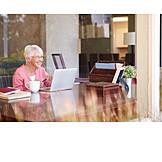 Seniorin, Häusliches Leben, Freizeit & Entertainment
