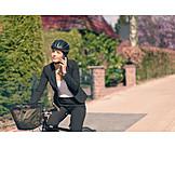 Geschäftsfrau, Mobile Kommunikation, Telefonieren, Radfahren