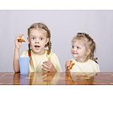 Mädchen, Essen & Trinken, Frühstück, Croissants