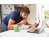 Junger Mann, Mobile Kommunikation, Laptop, Smartphone