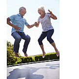 Seniorin, Senior, Lebensfreude, Hüpfen, Trampolin, Seniorenpaar