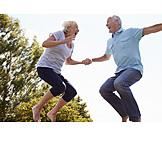 Seniorin, Senior, Lebensfreude, Hüpfen, Seniorenpaar