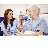 Gesundheitswesen & Medizin, Krankenhaus, Krankenschwester, Patientin