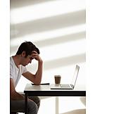 Junger Mann, Arbeit, Frust, Stress & Belastung