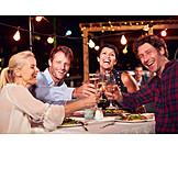Freundschaft, Gastronomie, Abendessen, Anstoßen