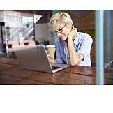 Geschäftsfrau, Kaffeepause, Laptop
