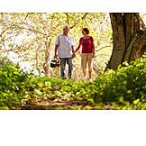 Spaziergang, Picknick, Seniorenpaar