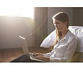 Frau, Laptop, Schlafzimmer