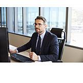Geschäftsmann, Bildschirm, Konzentriert, Durchlesen