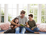 Vater, Häusliches Leben, Zuhause, Lesen, Kinder