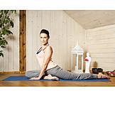 Junge Frau, Zuhause, Gymnastik, Yogaübung