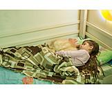 Kind, Katze, Schlafen, Kinderbett