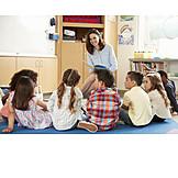 Kindergruppe, Kindergarten, Vorlesen, Kindergärtnerin
