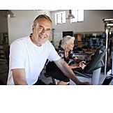 Aktiver Senior, Fitnessstudio, Ausdauertraining