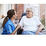 Seniorin, Altenpflegerin, Seniorenresidenz