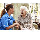Seniorin, Altenpflegerin, Unterhalten