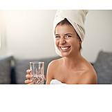 Junge Frau, Trinken, Hautpflege