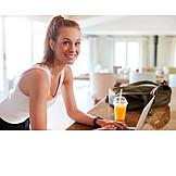 Frau, Zuhause, Laptop
