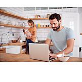 Häusliches Leben, Zuhause, Laptop, Familienleben