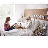Großmutter, Enkelin, Krankenbesuch
