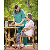Seniorin, Altenpflegerin, Bedienen, Mittagessen