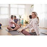 Yogaübung, Yogagruppe, Yogalehrerin
