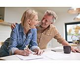 Glücklich, Umarmen, Zuhause, Ehepaar, Planen
