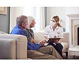 Altenpflegerin, Gespräch, Altenpflege, Seniorenpaar, Corona