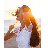 Junge Frau, Lachen, Strand, Zerzaust